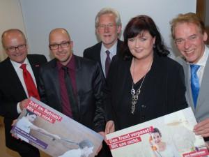 Zum Start der Qualitätsoffensive präsentiert der Vorstand im Kompetenzzentrum Friseur in Dortmund-Körne die Postkarten-Motive der Kampagne und das Informationsmaterial.