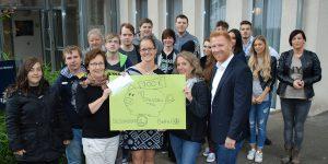 Stolz überreichen die Jugendlichen des Bildungskreises Handwerk ihre Spende in Höhe von 700 Euro an das Hospiz am Ostpark.