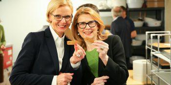 Vom Entwurf zum fertigen Etikett: Susanne Schulte und Inge Szoltysik-Sparrer von der Innung für Modeschaffendes Handwerk zeigten in Dortex' Neubau in Bodelschwingh ihre zuvor eigens designten Label. Foto: Bart Siegner/DORTEX.