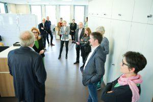 Dortex' Geschäftsführer Burkhard Dohmann (l.) erläuterte der Innung für Modeschaffendes Handwerk Details zur Bauweise des Neubaus. Foto: Bart Siegner/DORTEX.