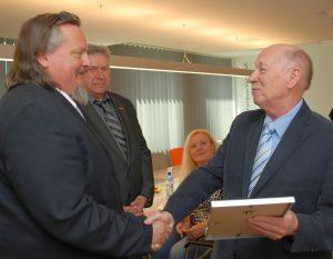 Ehrenobermeister Gerhard Kullik gratulierte Kai-Gerhard Kullik zum Erhalt des Ehrenrings.