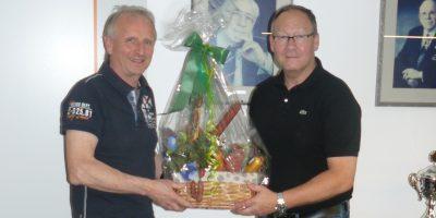 Dank und Anerkennung zum Abschied (v.l.) Manfred Nogala und stv. Obermeister Frank Asbeck. Foto: Bildhauer- und Steinmetz-Innung Dortmund und Lünen
