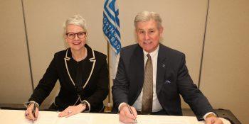 Keith A. Pretty, Präsident der Northwood University, und Birgit Behrens, Geschäftsführerin Abteilung Berufsbildung bei der Vertragsunterzeichnung. Foto: Northwood University