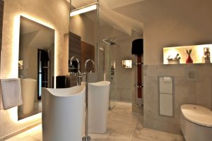 Designerbad mit Pfiff Hier stimmt jedes Detail: Freistehende Waschtische und Armaturen, elegant integrierte Wandeinbauelemente wie WC-Papier, Bürstengarnitur oder Kosmetikeimer; Fachbetrieb Bad & Konzept aus Rhede behielt das Gesamtkonzept immer im Blick. Quelle: Bad & Konzept GmbH