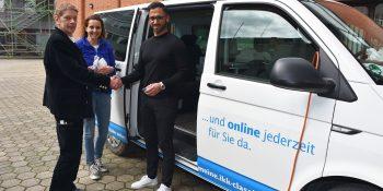 Auch Ausbilder und Zimmermeister Joachim Preuß (l.) ließ seine Gesundheit von Kerstin Andruschek (m.) und Habib Aslan (r.) im IKK-Gesundheitsmobil testen. Foto: Kreishandwerkerschaft Dortmund und Lünen